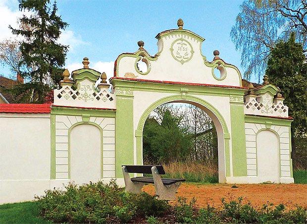 V obci Boreč zbyla z několika barokních a klasicistních bran jediná