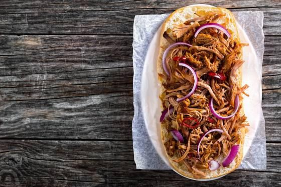 Maso se dá jen jednoduše podávat třeba i v ciabattě s cibulí.