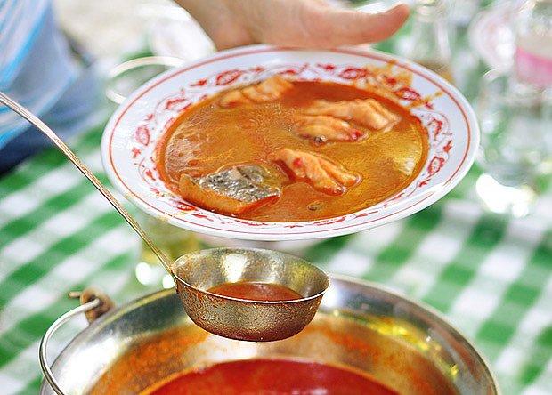 tradiční maďarská polévka Halászlé