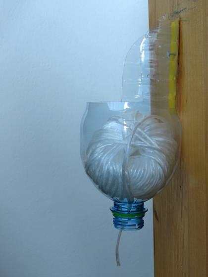 Z plastové láhve vystřihneme trychtýř, do něhož vložíme klubko. Nebude se rozmotávat ani šmodrchat.