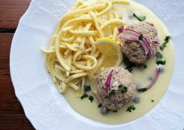 Nejlepší přílohou jsou vařené brambory, hodí se i těstoviny či špecle.