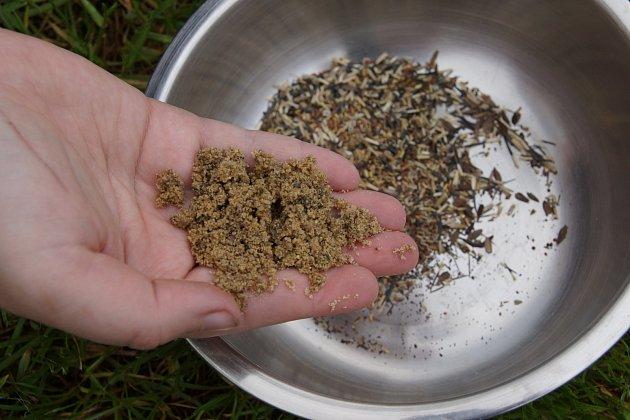 2Obsah sáčku vysypeme do misky a rozmícháme s pískem