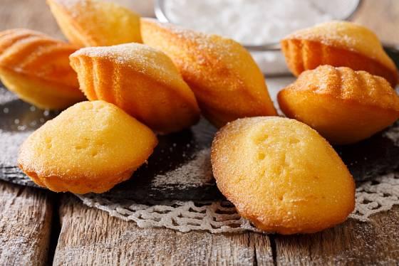 Madlenky pocházejí původně z Francie, odtud jejich název madeleines.