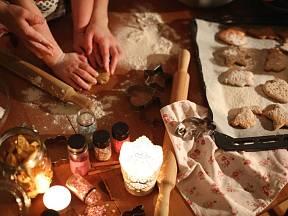 Příprava vánočního cukroví může být chvíle plná pohody, a to pro celou rodinu