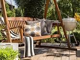 Závěsná houpací lavička, přenosný gril, pohodlný venkovní nábytek, slunce a květiny, tak má vypadat správně řešená terasa.