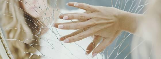 Zrcadlo ani pokovované sklo do zeleného či bílého kontejneru nepatří.