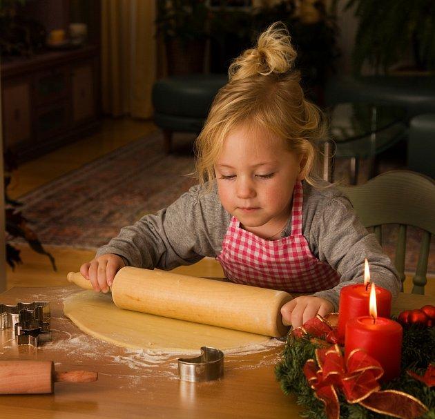 Děti se do pečení vánočního cukroví rády zapojí.