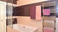 Žebříkové vytápění koupelny poslouží i k sušení ručníků.
