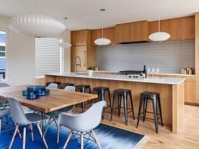 Barový pult v této kuchyni funguje jako optický předěl od obývacího pokoje.