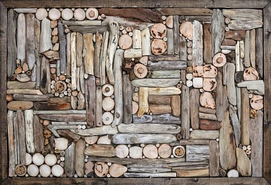 Mozaika z naplaveného dřeva.