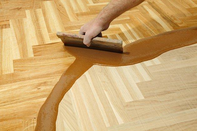 Před posledním broušením podlahu důkladně zkontrolujeme a speciálním spárovacím tmelem opravíme všechny vady.