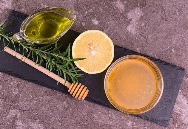 Skvělou marinádu lze připravit z medu, olivového oleje a citronu.