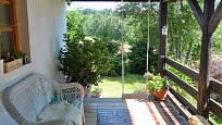 Návštěva na chalupě v Orlických horách: Průhled otevřenou verandou do zeleně