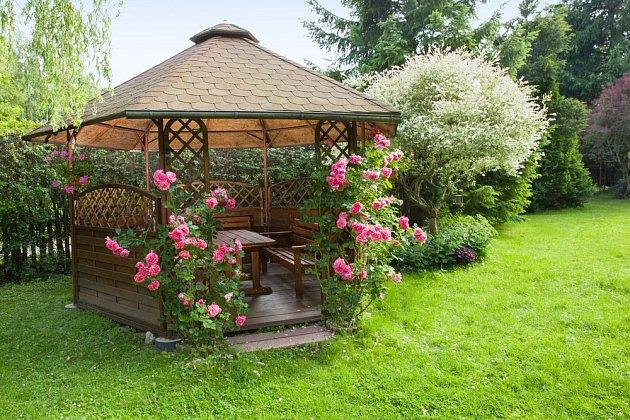 Altán s kvetoucími popínavými růžemi poskytne posezení obklopené vůní růžových květů.