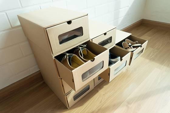 Praktický botník z krabic s větracím otvorem.