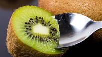 Rozkrojený plod kiwi můžeme konzumovat pomocí lžičky.