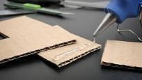 Jsou vhodné k lepení papíru, plastů, kůže, textilu, kovu a také ke kombinovanému lepení odlišných materiálů.