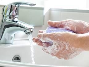 Ke správnému hygienickému mytí rukou postačí mýdlo a správný postup.