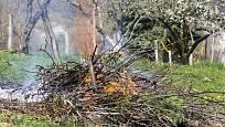Pálení větví a listí si dobře naplánujte