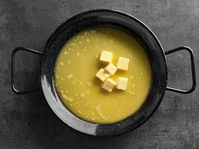 Přepouštění másla.