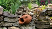 V zahradě můžeme využít i předměty, které již původnímu účelu dosloužily.