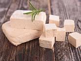 Hotové tofu nakrájejte a je připravené k použití