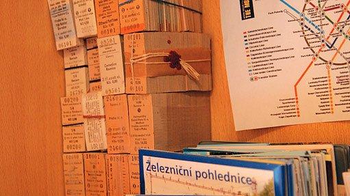 Ve sbírce Michala Vystrčka jsou jak dobové železniční jízdenky, pohlednice a staniční razítka, tak t