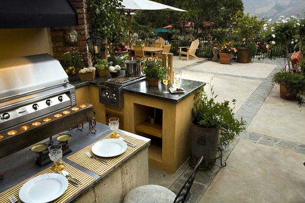 Kompletní zahradní kuchyně vyžaduje větší investici