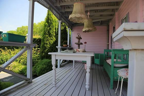 Zastřešená terasa ve venkovském stylu