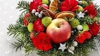 Vánoční dekorace na slavnostně prostřený stůl.