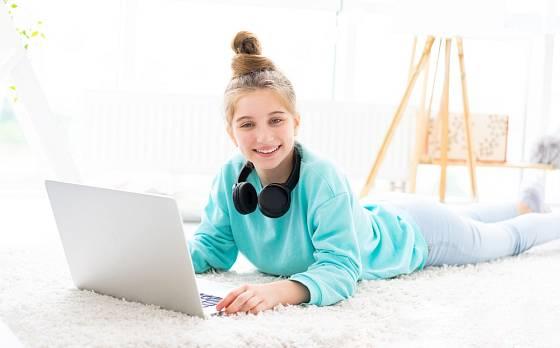 K odpočinku poslouží v dívčím pokojíčku i huňatý kobereček.