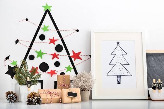 Vánoční stromek vylepený na zdi pomocí washi pásek.