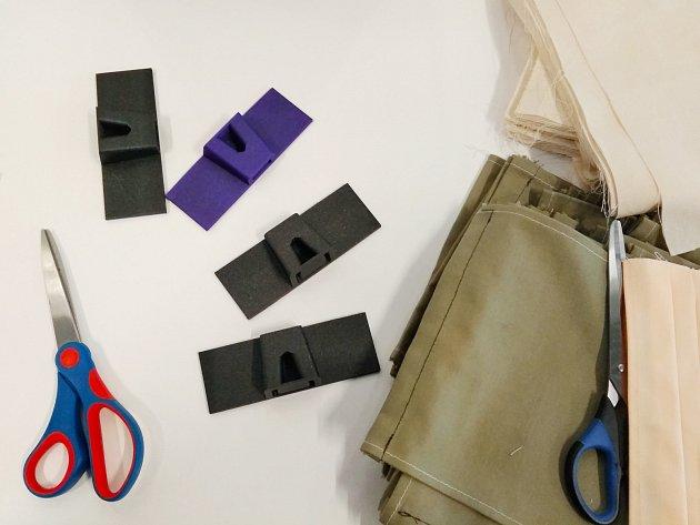 Zakladač, který usnadní výrobu vázaček k rouškám je možné vytisknout na 3D tiskárně.