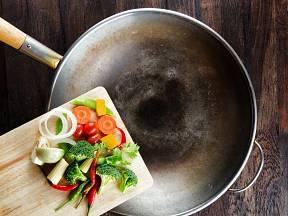 Čím tenčí je dno pánve, tím snadněji se deformuje. Kupujte proto jen kvalitní nádobí.