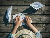 Skládání lodičky z papíru je snadné.