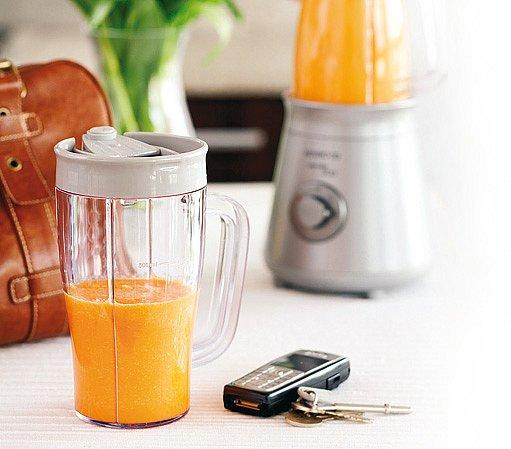Stolní mixér Kenwood Smoothie má dvě nádoby s víkem, přes které lze pít.