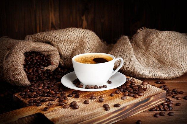 Arabika a robusta jsou odrůdy kávy, kterou výrobci používají v různých poměrech.