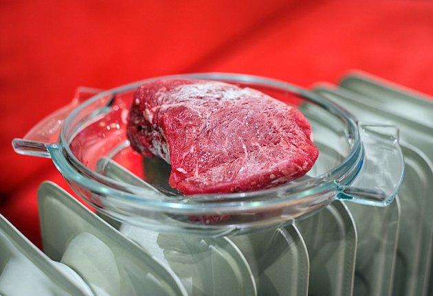 Nevhodný způsob rozmrazování masa - bez obalu a vystavený vysoké teplotě.