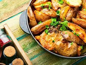 Brambory a kuřecí maso z jedné pánve.