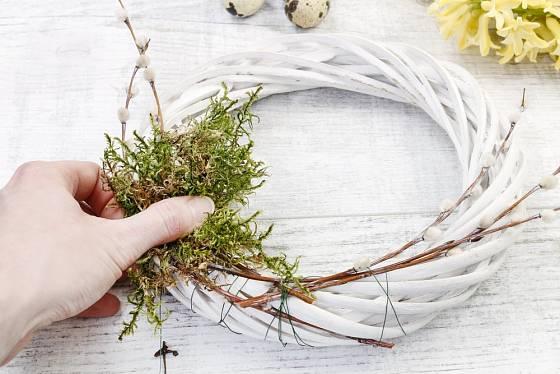 K proutěnému základu nejprve připevníme aranžérským drátkem mech a proutky vrby jívy.