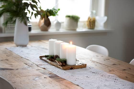 Adventní aranžmá na stole