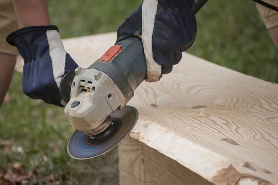 Broušení dřeva úhlovou bruskou.