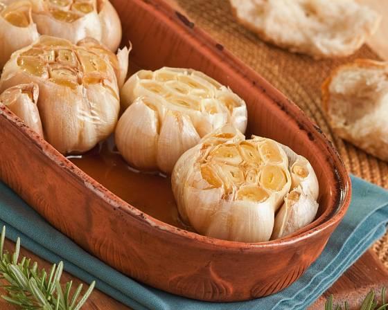 Česnek pečený na olivovém oleji patří k oblíbeným pochoutkám.