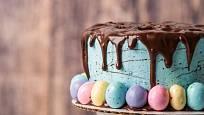 Jarní dort můžeme ozdobit krémem, stékající čokoládou a vajíčky v cukrové krustě.