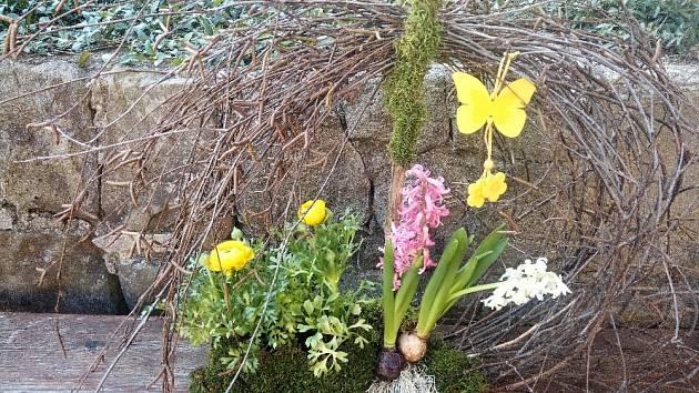 Hotové aranžmá budeme jen rosit, aby kořínky rostlin nezaschly.