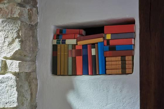 Jako knihovničku můžeme využít i různé výklenky.