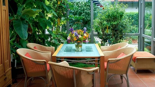 Příjemné posezení s přáteli či s rodinou v zimní zahradě.