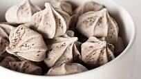 Zašleháním špetky holandského kakaa pusinky získají hnědou barvu.