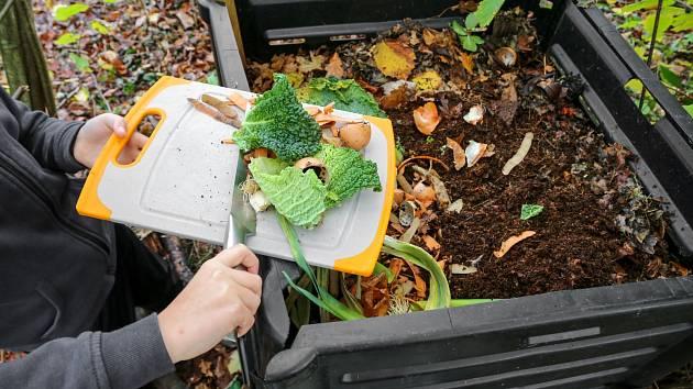 Bez obav dopujte váš kompost vylouhovaným čajem, podrcenými skořápkami od vajec, odřezky od zeleniny a ovoce.