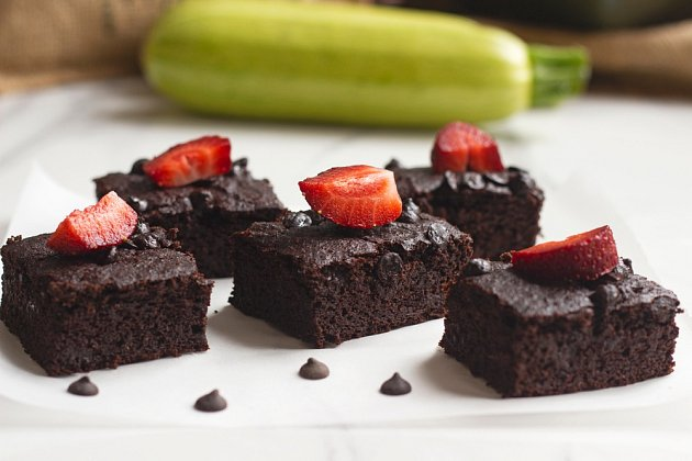 Brownies můžete ozdobit malinami.